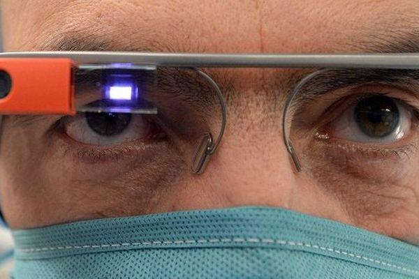Un exemple d'innovation. Un chirurgien opère  équipé de Google glass