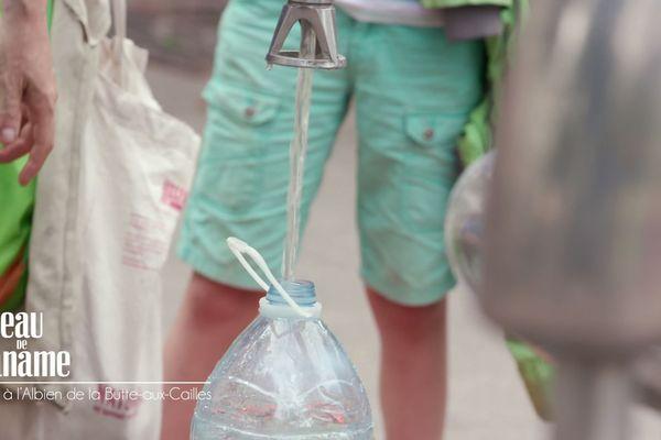 le puits de la Butte-aux-Cailles continue de distribuer gratuitement une eau très appréciée desparisiens, à l'abris de toutes les pollutions modernes.