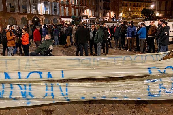 Une cinquantaine d'agriculteurs a manifesté jeudi 13 février au soir devant la préfecture de la Haute-Garonne à Toulouse.