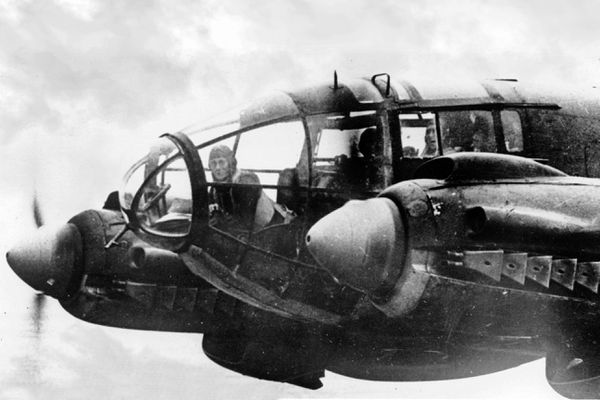 L'équipage allemand d'un bombardier Heinkel He 111 en 1940, avec un mitrailleur placé à l'avant.
