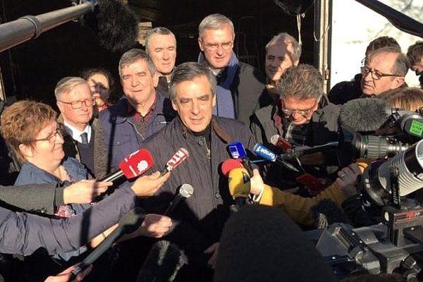 François Fillon, le 1er décembre 2016 à Chantenay-Villedieu (Sarthe), au lendemain de sa victoire à la primaire de la droite et sa garde rapprochée d'élus locaux fidèles