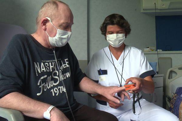 La séance de kiné respiratoire au Centre hospitalier d'Hauteville (Ain).