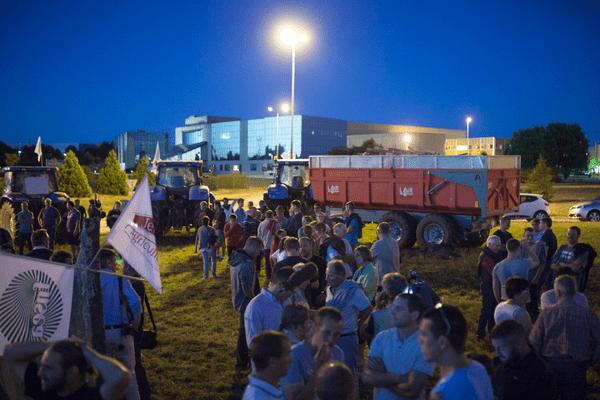 Rassemblement des producteurs de lait de l'ouest de la France devant le siège du groupe laitier Lactalis à laval