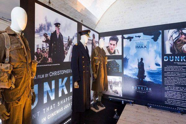 """Les costumes portés par Harry Styles, Kenneth Branagh et Fionn Whitehead dans """"Dunkerque"""" sont exposés à Douvres"""