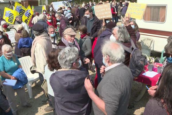 Jeudi 15 avril, un rassemblement a eu lieu à Landaul (Morbihan) en soutien à Eugène Riguidel (au centre avec sa casquette). Le navigateur a entamé une grève de la faim contre l'installation d'une antenne Orange, le 12 avril 2021.