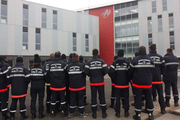 Les pompiers volontaires se sont rassemblés devant le siège du SDIS49.