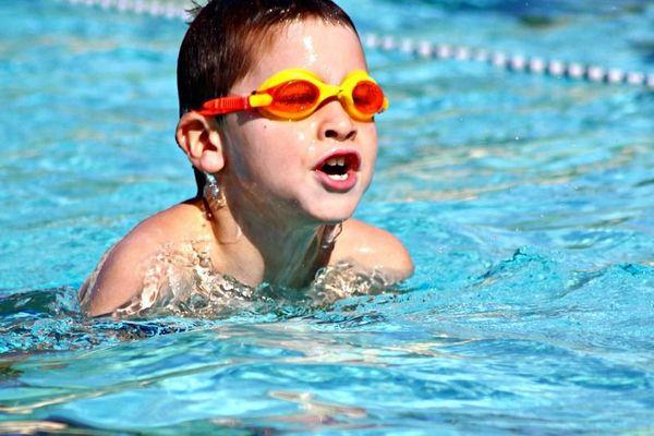 """Lors de l'opération """"J'apprends à nager"""", les enfants suivent 10 leçons d'une heure pour apprendre à se débrouiller dans l'eau."""