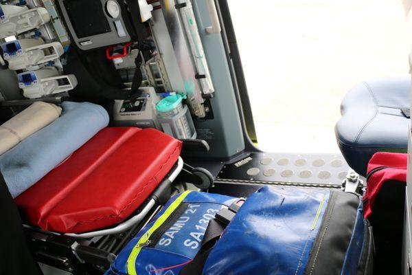 Un brancard peut être chargé directement dans l'hélicoptère du CHU de Dijon.
