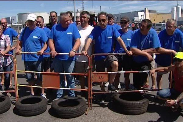 Plusieurs dizaines de salariés de l'équipementier GM&S bloquent, jeudi 6 juillet 2017, à la mi-journée, le site de PSA à Sept-Fons, dans l'Allier.
