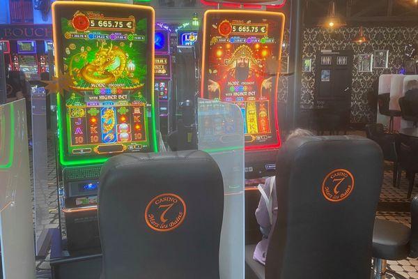 Au casino de Mers-les-Bains, les machines à sous sont désormais séparées par des plaques de plexiglas afin d'assurer les distanciations sociales