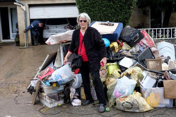 A Villegailhenc, Josiane Ridart devant les détritus sortis de sa maison inondée.