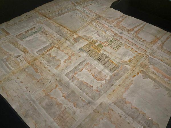 """Détail d'une des planches illustrées du """"Livre des Fontaines"""" représentant les rues de Rouen en 1525"""