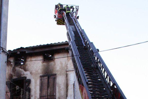 Les pompiers en train d'éteindre le feu à Cazères.