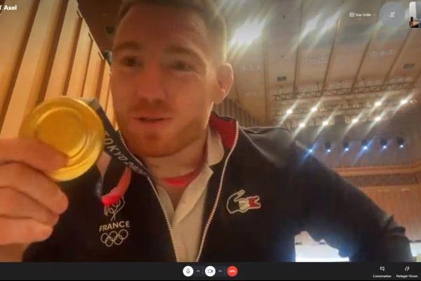 Le judoka Axel Clerget nous montre sa médaille d'or lors d'une interview au lendemain de sa victoire au J.O. de Tokyo