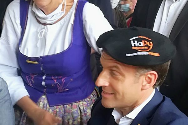 """Emmanuel Macron coiffé d'un béret pyrénéen, prêt pour entonner la chanson d'Edmond Dupaln """"Le refuge"""""""