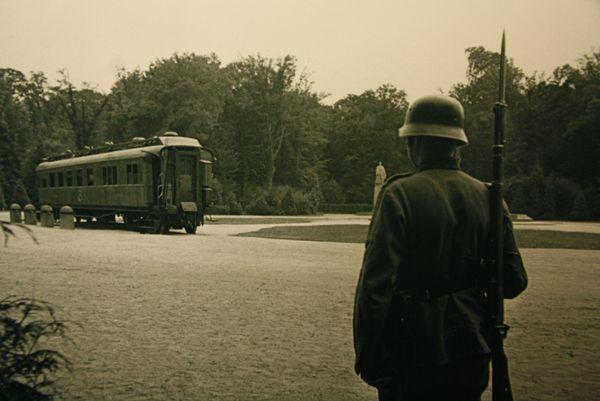 Le wagon de l'Armistice de 1918 est symboliquement replacé par les autorités allemandes au centre de la clairière de Rethondes à Compiègne pour la signature d'un nouvel armistice, le 22 juin 1940.