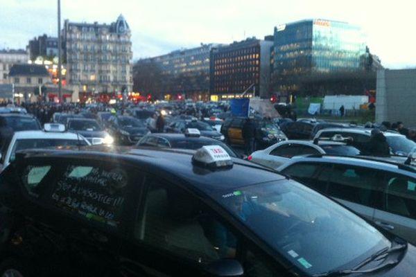 Des centaines de taxis rassemblés porte Maillot, à Paris, le mardi 26 janvier 2016.