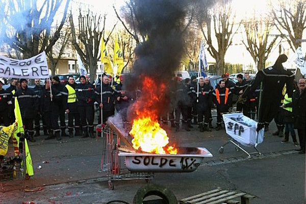 Les pompiers sont à nouveau dans la rue pour protester contre une baisse de revenus.