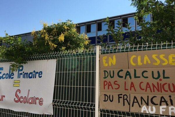 Les parents affichent leur colère face aux températures caniculaires qui règnent dans l'école Mermoz de Montpellier