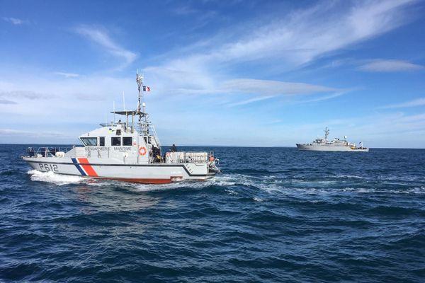 À la limite des eaux territoriales françaises (11 milles nautiques), la vedette «Maury» de la gendarmerie maritime et le chasseur de mines la «lyre» sont sur zone où est localisée l'épave.