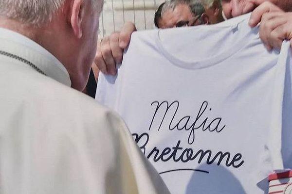 """Le T-shirt """"Mafia bretonne"""" offert par le prêtre breton au pape le 29 août dernier"""