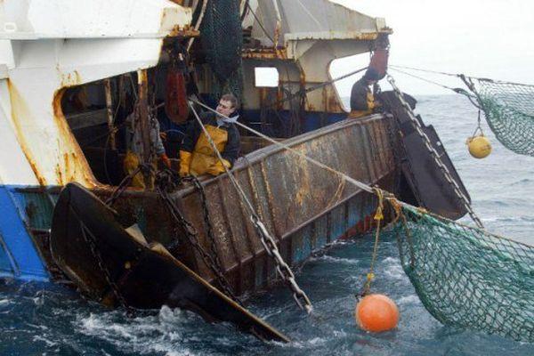 Des marins pêcheurs d'un chalutier français remontent le chalut pendant une campagne de pêche