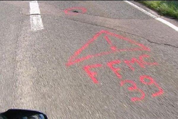 Le sol est marqué pour indiquer les dangers et la liste des défauts sur les routes du Jura sera envoyée aux responsables des réseaux routiers.