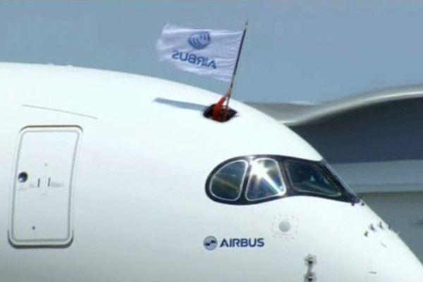 L'atterrissage du vol inaugural de l'A350 à Toulouse-Blagnac le 14 juin 2013