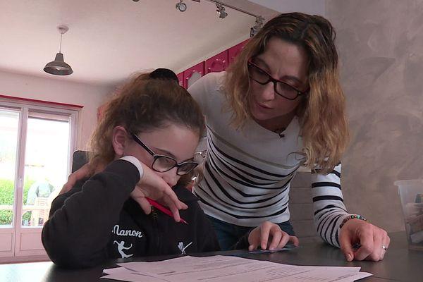 Pour Emilie Gomez et sa fille Manon, l'école, c'est désormais à la maison !