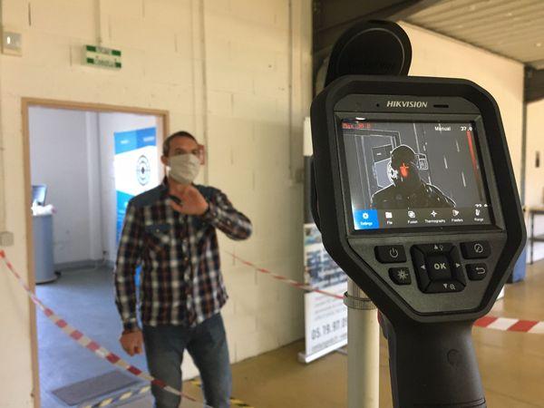les caméras thermiques détectent la température des passagers à leur descente de l'avion ou du bateau. Pour les transports maritimes, le système doit être plus élaboré...