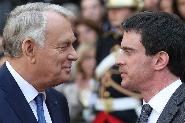 Jean-Marc Ayrault et Manuel Valls lors de la passation de pouvoir entre les deux hommes le 1er avril 2014
