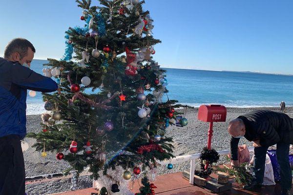 4 ans après l'attentat de Nice, ce sapin de Noël a été érigé en face du Negresco pour ne pas oublier les 86 victimes.