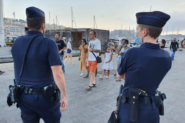 Sur le Vieux-port de Marseille, le masque est obligatoire de 10h à 4h. La police ce samedi 8 août 2020 avait une mission de pédagogie pour cette première nuit masquée, mais gare aux amendes maintenant !