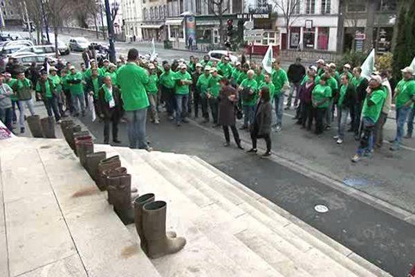 Le 28 janvier 2016, les agriculteurs en ont plein les bottes...et les déposent sur les marches de la Préfecture de Clermont-Ferrand (63).