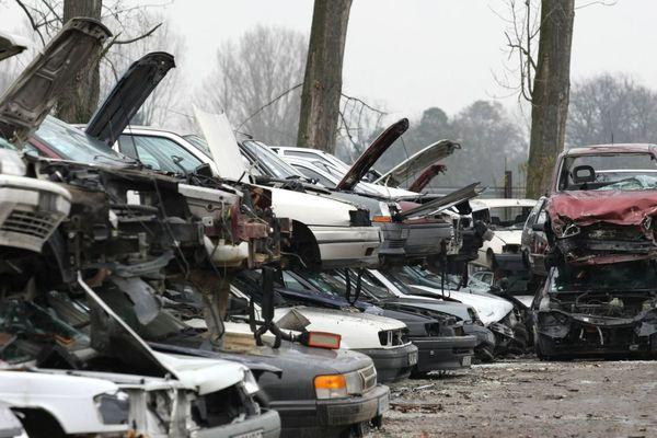 Des dizaines d'épaves de voitures entreposées dans une casse (illustration).