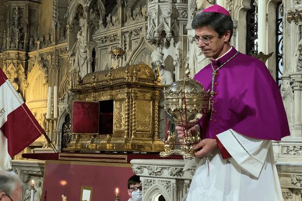 Présentation par Mgr Bozo de la coupe reliquaire contenant le chef de Saint-Martial à Limoges