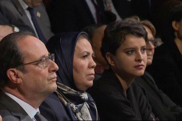 Latifa Ibn Ziaten, en compagnie du président de la République, lors de la cérémonie de remise de son prix pour la prévention des conflits