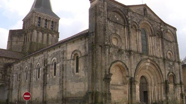 L'extérieur de l'abbaye de Saint-Amand-de-Boixe, témoin de l'art roman en Charenrte.
