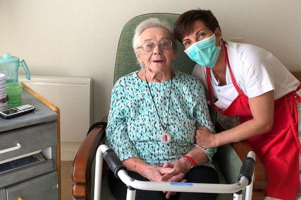 Adrienne Parras, 97 ans bientôt, avec Séverine, aide-soignante. Une parenthèse d'humanité qui rompt l'isolement.