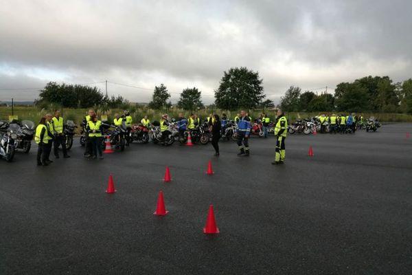 Les ateliers de conduite se déroulent sur une piste goudronnée avec les gendarmes de l'escadron sécurité routière de Lot-et-Garonne, et des motos écoles.