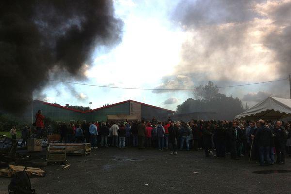 Les salariés de GAD à Lampaul-Guimiliau dans l'attente de la décision du tribunal de commerce de Rennes (35).