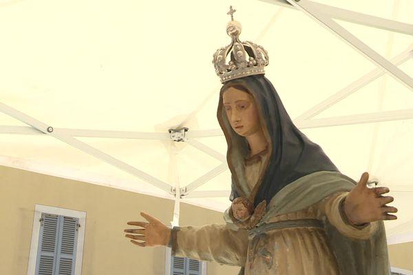 La statue de la Vierge est restée exposée toute la journée du 15 août sur le parvis de la cathédrale Notre-Dame de l'Assomption.