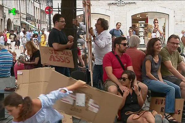 Un rassemblement assis était organisé ce samedi à 14 heures Place Pasteur à Besançon pour protester contre un arrêté municipal interdisant la station assise ou debout dans l'espace public, sous certaines conditions.