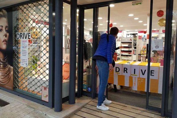 le drive est souvent la seule solution pour les petits commerces de centre ville comme chez ce parfumeur de Château-Gontier en Mayenne