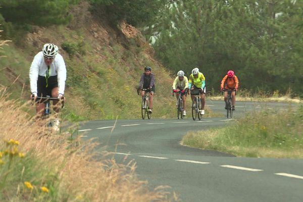 Par petits groupes, les cyclistes roulent en Ardèche le matin et visitent des lieux, pas forcément touristiques, l'après-midi.