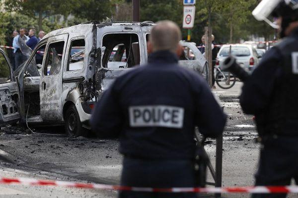 Une des voitures brûlés lors de l'attaque du 8 octobre 2016 contre des policiers à Viry-Châtillon (Essonne).