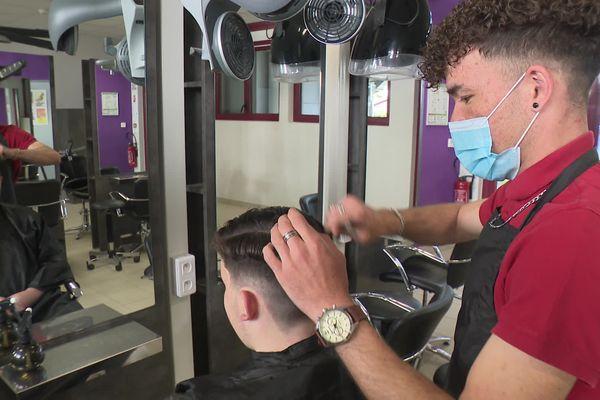 Jawad, jeune réfugié afghan, a décroché une médaille d'or au concours départemental du meilleur apprenti de France et une médaille d'argent au concours national catégorie coiffure