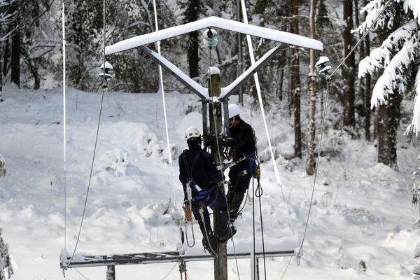 Des techniciens interviennent sur les lignes électriques endommagées par la neige - Photo d'illustration