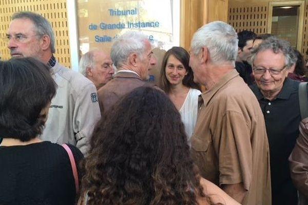 Camille Halut, observatrice pour la Ligue des droits de l'Homme de l'Hérault, à sa sortie de l'audience du tribunal correctionnel, entourée par les militants de la LDH. 1/10/2019