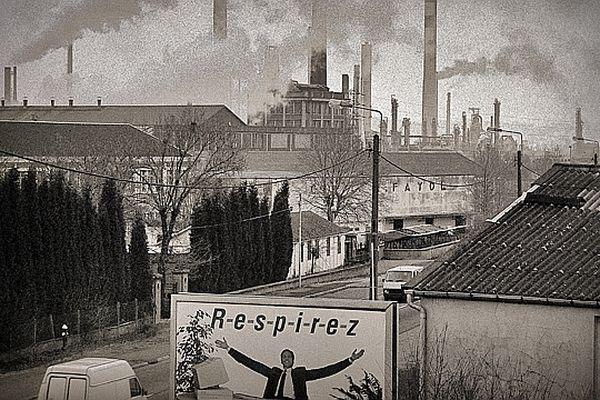 Grand-Couronne en 1988, avec en arrière plan : la raffinerie Shell de Petit-Couronne (connue depuis sous le nom de Petroplus)